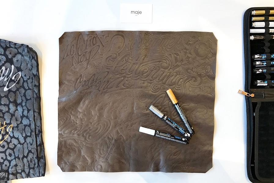 Dessous main, calligraphie, cuir, marqueurs textiles