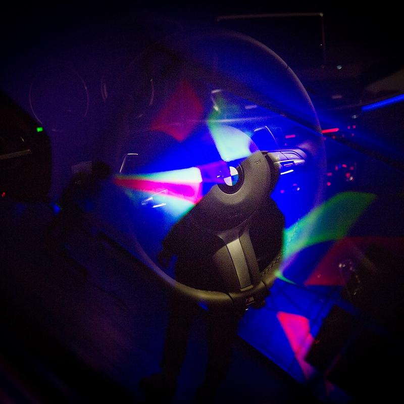 Lumière noire, graffiti, street art, BMW, phosphorescent