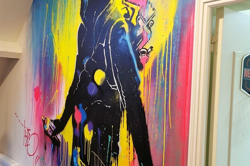 Une fresque peinte directement sur le mur de la chambre d'un petit garçon